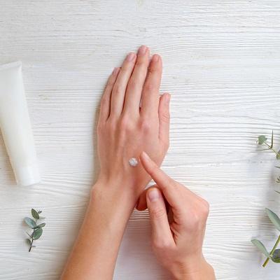 手洗いやアルコール消毒で手荒れが悪化! 乾燥トラブルを防ぐケア方法とは?